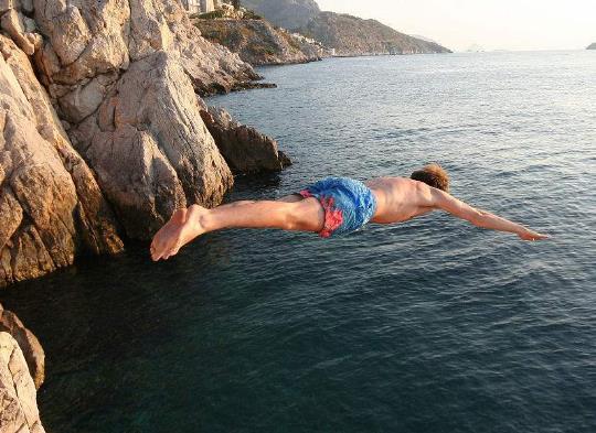 挑战!极限运动员24米高悬崖跳水