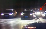 视频|浙江一男子等红灯时往车外扔垃圾,后车交警下车捡起递回
