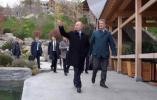 普京赴克里米亚主持会议 会前在酒店花园做了这件事!