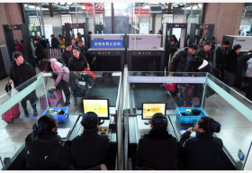 ?#26412;?#38081;警加强?#35282;?#23433;保工作 确保进京列车安全