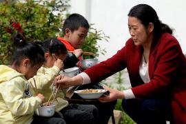 中小学幼儿园负责人需与学生同用餐