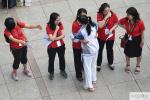 直击2019年北京高考首日:老师身着红衣暖心送考