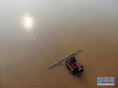 河北黄骅:盐场工人活碴忙