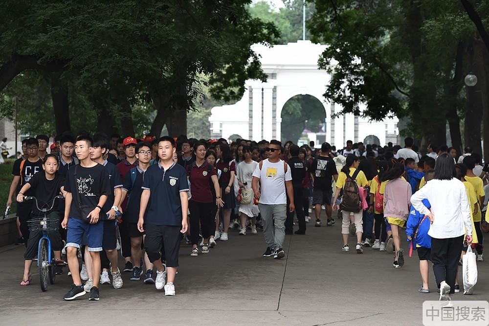 2019年7月17日,北京,暑期已經拉開帷幕,清華大學又一次迎來參觀高峰期,來自全國各地的學生及老師家長進校參觀遊覽,一睹名校風采。中國搜索宋家儒攝