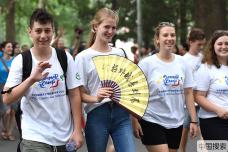 青年携手增进友谊