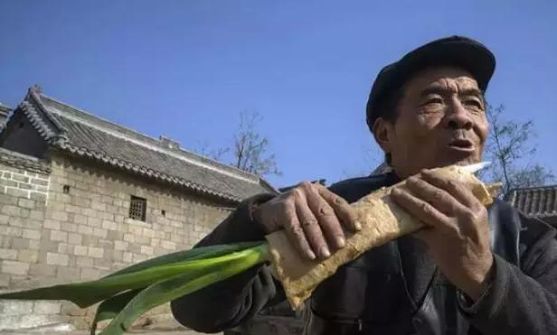 外省人眼中的山东:边开挖掘机边吃煎饼卷大葱… -中国