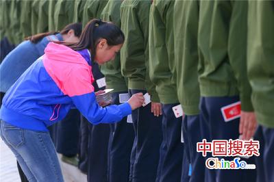 10月10日,郑州航空管理学院国旗班的新生在进行夹纸牌训练军姿。该学校为训练国旗班学生标准的军姿,以夹纸牌,贴墙根、拉标线等方式训练学生,加入国旗班的学生都要经过层层选拔,百里挑一,训练不好就被淘汰掉,这种军事化的训练方式在该校已一届届传承了20年,已成为新生军训的必备课。国搜河南 杨正华 摄