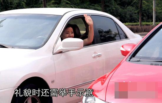 中,有急事需要变道时可以通过手势向对方表示请求和感谢-这些汽车高清图片