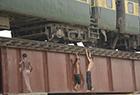 印度男孩火车外特技