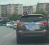 """司机开车时为拍前车上的""""蜘蛛侠"""" 差点撞上护栏"""