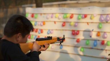 51岁的天津大妈赵春华在街头摆射击摊打气球,因6支枪形物被鉴定为