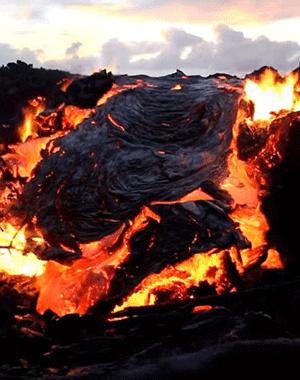 夏威夷活火山喷发 熔浆吞噬森林