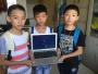 小学生公园里游园发现苹果笔记本电脑