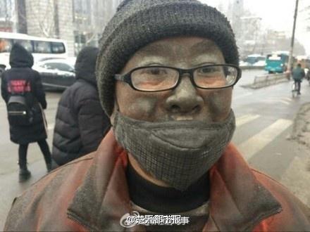"""赞!济南""""脏脸哥""""凌晨2点上街扫雪 5小时滴水未进"""