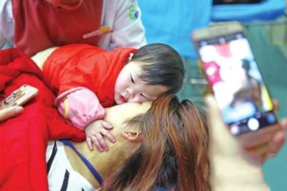 生死一瞬间的母爱!厦蓉高速客车翻车母亲用身体护女