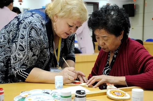 黑河市/中俄老人在一起开展绘画手工才艺交流活动
