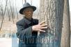 河南汝州老人坚持种树30余年 上千亩的荒滩被他变成林场