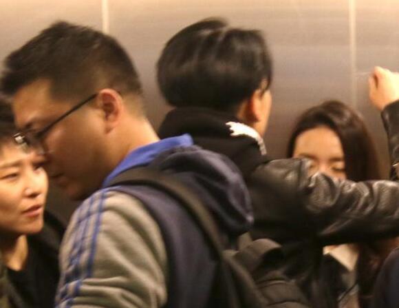 """董洁在电梯里竟遭神秘男子""""壁咚"""""""