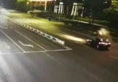 惨烈!摩托飞撞轿车,监控中留下一道可怕的抛物线