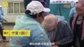 绝症女孩跪求韩红当场泪崩拿2万 网友对此看法不一