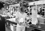 """大龄单身男杭州夜市摆摊:有偿写文发公众号帮人""""脱单"""""""
