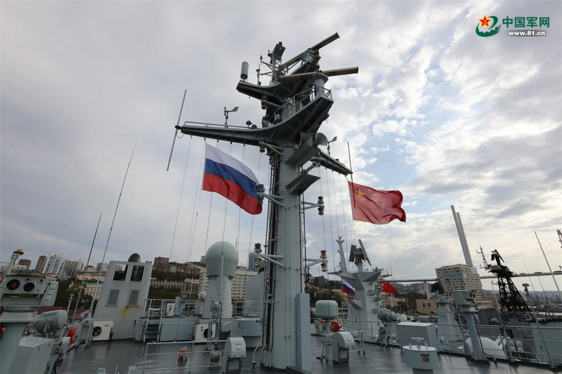 战舰上飘扬的旗帜