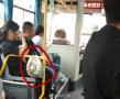 阿婆公交车上卖菜