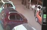 打电话身后突发车祸 监控记录男子两次与死神擦肩