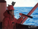 老照片记录我国首次南极科考 队员岛上与海豹玩耍