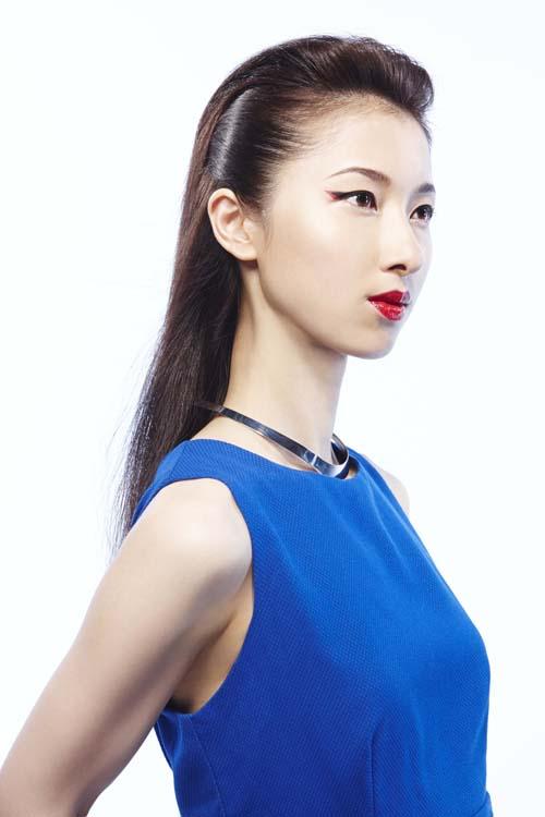 """2020年时流行妆容预想一:日式色彩。以日本传统化妆的三种颜色""""红""""、""""白""""、""""黑""""为基调。白色使肌肤充满透明感、内眼角明亮,黑色突出眼眶,红色突出唇部。将日本传统和现代风格调和,表现出日本女性的凛然之美。"""