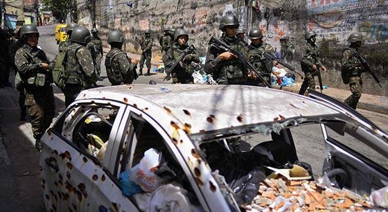 巴西打击贫民窟贩毒黑帮 街头汽车布满弹孔