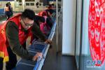 山西:学生志愿者温暖春运回家路