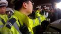 新密男子无证驾驶被查 家属叫来一群人砸烂警车玻璃