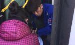 女学生乘公交晕倒 沈阳一公交司机小哥紧急救助