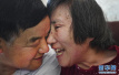 """67岁农民无怨无悔照顾瘫痪失语妻子41年 有一种爱情叫成为你的""""保姆"""""""