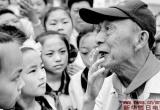 感人!85岁退休教师100次赴大别山区助学