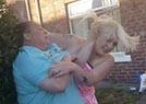 英国两女子街头互殴