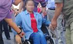 """哈尔滨""""轮椅女孩""""被父亲抱进考场 坚强乐观迎战高考"""