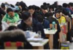 考研生通宵排队抢占唯一带空调自习室 校方:学风好