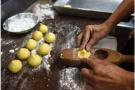 浙江海宁退休糕点师自制月饼送敬老院:7年了,没算过成本