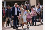 哈里王子夫妇抵达澳墨尔本:乘坐电车并访问学校
