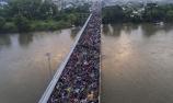 """上万移民""""挤爆""""墨西哥大桥"""