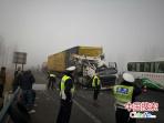 京港澳高速新乡段三货车追尾 浓雾下交警积极救援保通