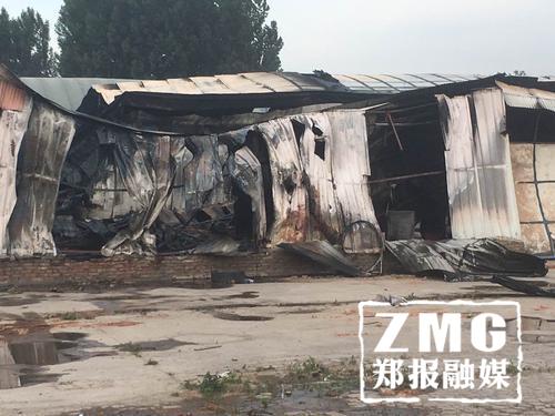 经开区一木材厂起火 一小时烧毁400平厂房