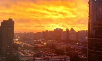 京城雨后晚霞如火