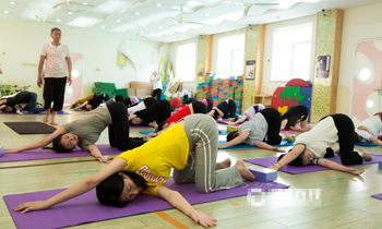 瑜伽爺爺幼兒園開課