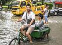 广州市暴雨来袭 低洼处的商铺被积水倒灌