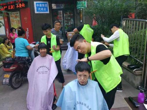 将公益服务辐射到全杭州,他们每年为6万人次老人免费理发