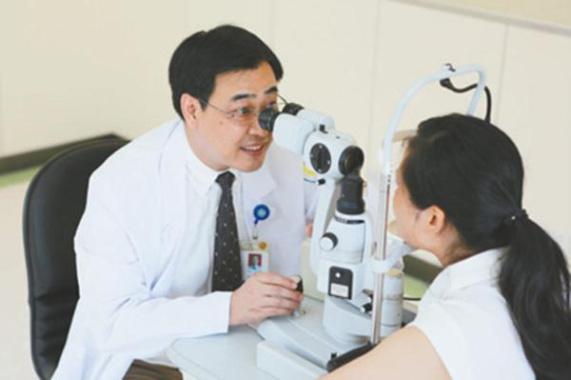 浙江医生独创角膜移植术进美教科书,3万病人经他手术复明