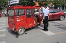 女子济南市区乘三轮被查 一怒之下用头撞倒交警